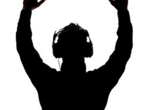 Ecouter de la musique au casque via la technologie de la conduction osseuse